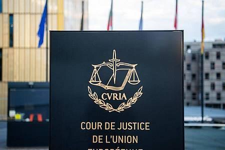 Ein Schild steht mit der Aufschrift «Cour de Justice de l`Union Européenne» vor dem Europäischen Gerichtshof (EuGH) im Europaviertel auf dem Kirchberg. Foto: Arne Immanuel Bänsch/dpa
