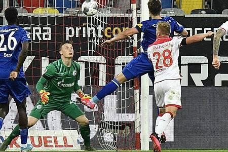 Rouwen Hennings (r) sorgte mit seinem Tor für den Ausgleich beim Düsseldorfer Heimsieg gegen Schalke. Foto: Martin Meissner/AP-Pool/dpa