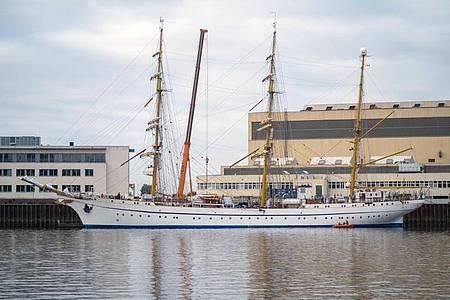 Die Gorch Fock verlässt die Lürssen-Werft. Das Schulschiff der Bundesmarine soll eine zweitägige Testfahrt auf der Weser und der Nordsee absolvieren. Foto: Markus Hibbeler/dpa