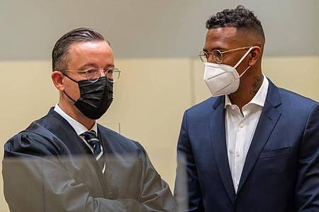 Der Fußball-Profi und ehemalige Nationalspieler Jérôme Boateng (r) im Amtsgericht München mit seinem Anwalt Kai Walden. Foto: Peter Kneffel/dpa