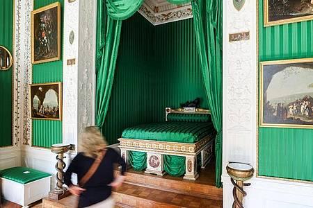 Das Schlafzimmer der Fürstin ist mit grünen Seidentapeten ausgestaltet worden. Foto: Jan Woitas/dpa-Zentralbild/dpa