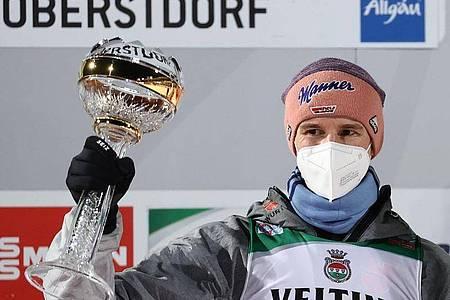 Bringt den deutschen Skispringern mit seinem Auftaktsieg in Oberstdorf Schwung: Karl Geiger. Foto: Daniel Karmann/dpa
