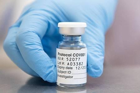 Eine Ampulle mit Corona-Impfstoff, der von AstraZeneca und der Universität Oxford entwickelt wurde. Foto: John Cairns/University Of Oxford/PA Media/dpa