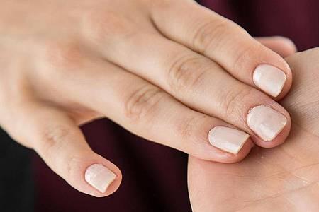 Wer es lieber etwas dezenter mag, kann seine Nägel in Nude oder in Grau-Tönen lackieren. Foto: Christin Klose/dpa-tmn