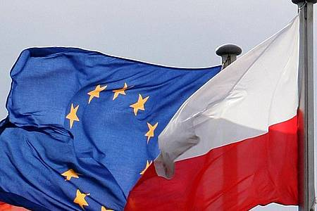 Die Fahnen der Europäischen Union (EU) und von Polen am deutsch-polnischen Grenzübergang. Foto: Patrick Pleul/dpa