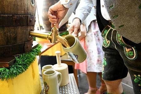 Am Viktualienmarkt wird eifrig gezapft. Foto: Angelika Warmuth/dpa