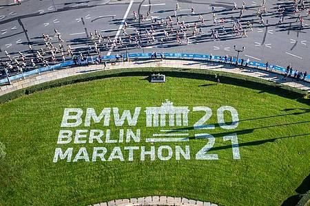 Die Läufer der ersten Welle passieren den Großen Stern beim Marathon in Berlin. Foto: Andreas Gora/dpa