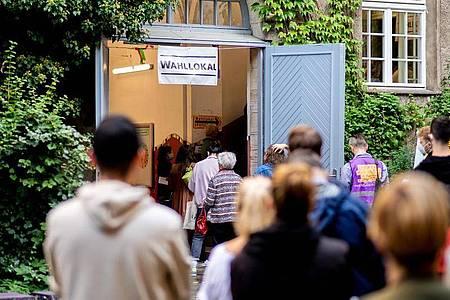 Zahlreiche Wählerinnen und Wähler warten im Stadtteil Prenzlauer Berg in einer langen Schlange vor einem Wahllokal, das in einer Grundschule untergebracht ist. Foto: Hauke-Christian Dittrich/dpa