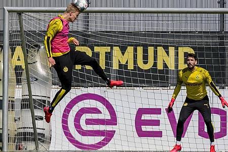 BVB-Stürmer Erling Haaland und Torwart Roman Bürki beim Training. Foto: Alexandre Simoes/Borussia Dortmund GmbH & Co. KGaA/dpa