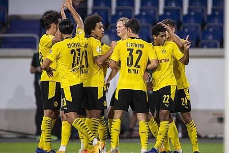 Die Dortmunder um Neuzugang Jude Bellingham (2.v.r.) haben ein junges Team. Foto: Marius Becker/dpa