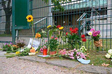 Blumen wurden am Tatort vor dem Eingangsbereich der Synagoge abgelegt. Foto: Jonas Walzberg/dpa
