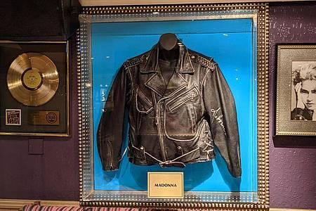 Eine Lederjacke von Sängerin Madonna im Londoner Hard Rock Cafe in der Old Park Lane. Foto: Philip Dethlefs/dpa
