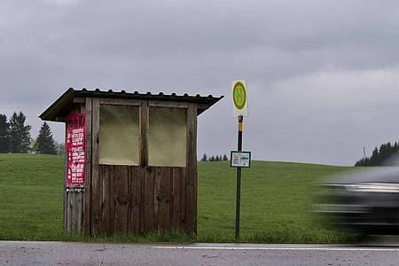 Wer aus der Stadt wegzieht, sollte die Anbindung vor Ort prüfen. Einen Führerschein zu haben, ist oft unumgänglich. Foto: Karl-Josef Hildenbrand/dpa/dpa-tmn