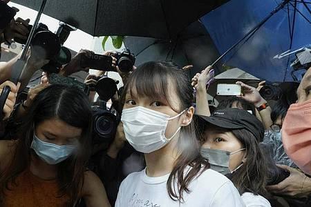 Chow wurde als studentische Anführerin in den inzwischen aufgelösten politischen Gruppen Scholarism und Demosisto bekannt, zusammen mit anderen freimütigen Aktivisten wie Joshua Wong und Ivan Lam. Foto: Vincent Yu/AP/dpa