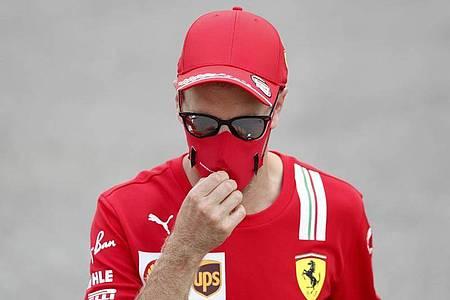 Entspannt mitLesen abseits der Formel-1-Strecke: Ferrari-Pilot Sebastian Vettel. Foto: Alejandro Garcia/Pool EPA/dpa