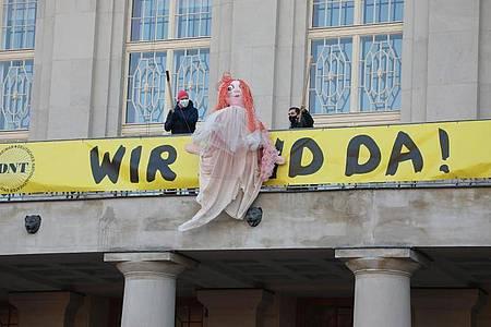 Künstler des Deutschen Nationaltheaters in Weimar auf dem Balkon des Schauspielhauses. Foto: Bodo Schackow/dpa-Zentralbild/dpa