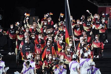 Das deutsche Paralympics-Team bei der Eröffnungsfeier in Tokio. Foto: Marcus Brandt/dpa