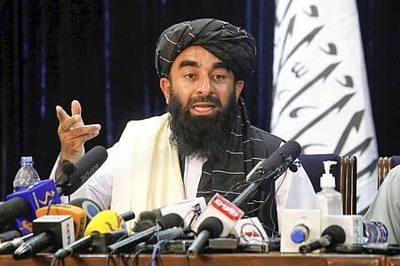 Sabiullah Mudschahid, Sprecher der Taliban, spricht auf seiner ersten Pressekonferenz in Kabul. Foto: -/Kyodo/dpa