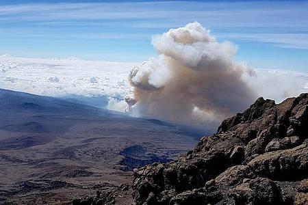 Die Rauchwolke des Brandes im Kilimandscharo-Massiv. Foto: Karin Pluberg/dpa