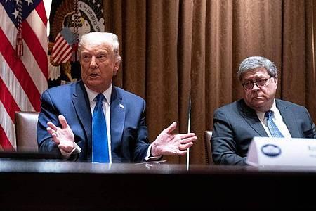 «Wir müssen den Justizminister dazu bringen zu handeln.» US-Präsident Trump und Justizminister Barr (r) bei einem Treffen im September. Foto: Evan Vucci/AP/dpa