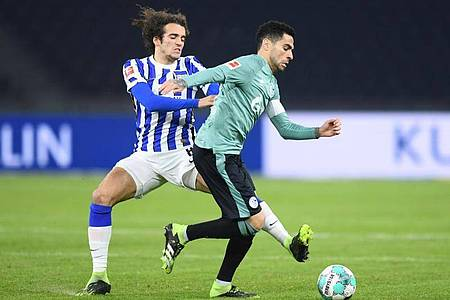 Herthas Matteo Guendouzi (l) und Schalkes Omar Mascarell kämpfen um den Ball. Foto: Annegret Hilse/Pool via REUTERS/dpa/