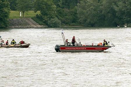 Rettungskräfte suchen nach der vermissten Frau. Foto: Kolsen/5vision/dpa