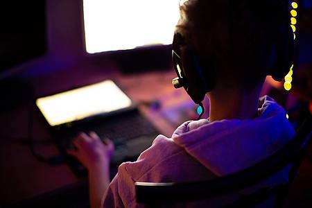 Junge am PC beim Zocken