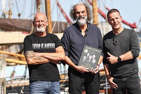 Björn Both (l-r), Hans-Timm Hinrichsen und Axel Stosberg von der Band Santiano werben für ihr Buch. Foto: Christian Charisius/dpa
