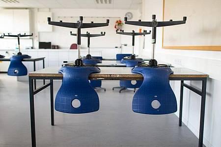 Stühle stehen in einem leeren Klassenzimmer in einem Gymnasium auf den Tischen, da der Unterricht in der Corona-Zeit ausgefallen ist. Foto: Jonas Güttler/dpa