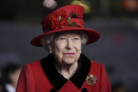 Er ist immer bei ihr:Die Queen trägt eine Brosche, die ihr einst von Prinz Philipp geschenkt wurde. Foto: Steve Parsons/PA Wire/dpa