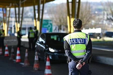 Deutsche Polizisten kontrollieren Einreisende an einem Grenzübergang. Foto: Felix Kästle/dpa