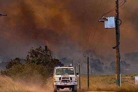 In Westaustralien sind bei einem neuerlichen Feuer bereits Tausende Hektar Buschland verbrannt. Foto: Evan Collis/DEPARTMENT OF FIRE AND EMERGENCY SERVICES/AAP/dpa