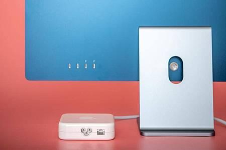 Das Netzteil ist gleichzeitig auch der Netzwerkadapter für den neuen iMac. Und dann gibt es noch vier Anschlussbuchsen im USB-C-Format. Zwei davon beherrschen den Thunderbolt-3-Standard. Foto: Zacharie Scheurer/dpa-tmn