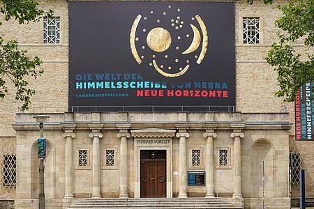 Das Landesmuseum Halle lädt ein in «Die Welt der Himmelsscheibe von Nebra». Foto: Peter Endig/dpa-Zentralbild/dpa