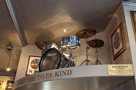 Das Schlagzeug von Led-Zeppelin-Drummer John Bonham im Londoner Hard Rock Cafe. Foto: Philip Dethlefs/dpa