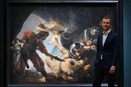 """Philipp Demandt, Direktor des Städel Museums, vor dem Gemälde """"Die Blendung Simsons (1636)"""" von Rembrandt. Foto: Arne Dedert/dpa"""