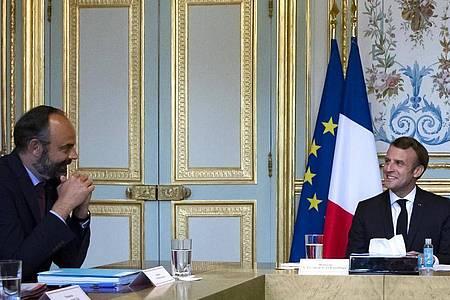 Emmanuel Macron, Präsident von Frankreich, spricht am 2. Juli mit Edouard Philippe. Die französische Regierung unter Premierminister Édouard Philippe ist komplett zurückgetreten. Nun gibt es ein neus Kabinett. Foto: Ian Langsdon/EPA POOL/AP/dpa