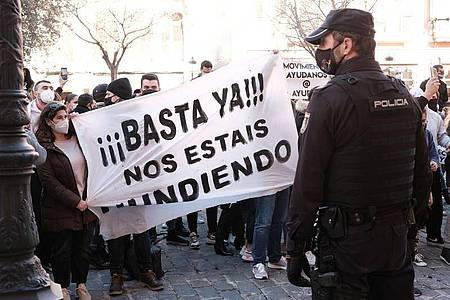«Schluss damit, ihr ruiniert uns» steht auf einem Banner, das Demonstranten während einer Kundgebung gegen die Corona-Maßnahmen in Palma de Mallorca. Foto: Isaac Buj/EUROPA PRESS/dpa