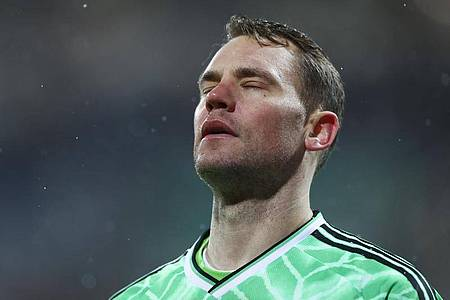 Bayern-Torwart Manuel Neuer ärgert sich nach einem Gegentor. Foto: Christian Charisius/dpa