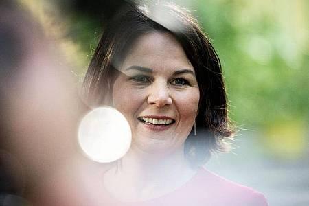 Annalena Baerbock, Kanzlerkandidatin und Bundesvorsitzende von Bündnis 90/Die Grünen, gibt am Rande der Bundesdelegiertenkonferenz ihrer Partei Interviews. Foto: Kay Nietfeld/dpa