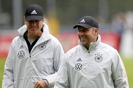 DFB-Direktor Oliver Bierhoff (l) und Bundestrainer Hansi Flick. Foto: Tom Weller/dpa