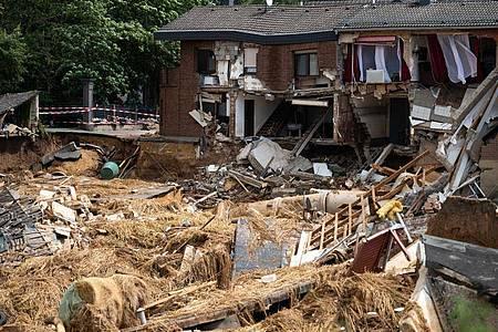 Häuser sind in Folge der Unterspülung durch das Hochwasser eingestürzt oder einsturzgefährdet - die Abläufe der Fluthilfe werden nun überprüft. Foto: Jonas Güttler/dpa/Archivbild