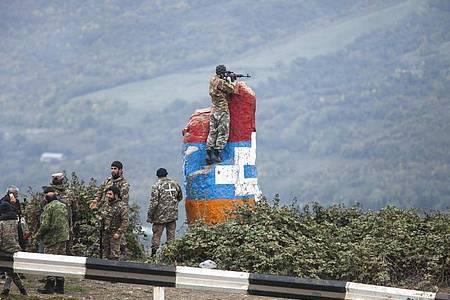 Ein Scharfschütze der Miliz Berg-Karabachs beobachtet das vor ihm liegende Land während eines militärischen Konflikts in der Region Berg-Karabach. Foto: Uncredited/AP/dpa