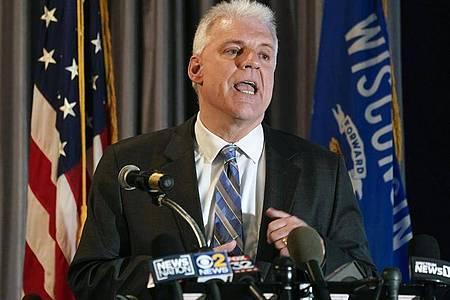 Staatsanwalt Michael Graveley spricht auf einer Pressekonferenz. Foto: Morry Gash/AP/dpa