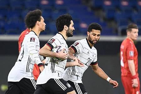 Ilkay Gündogan (M) feiert sein Elfmetertor zum 1:1 mit Leroy Sane (l) und Serge Gnabry. Foto: Federico Gambarini/dpa