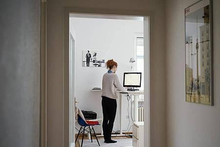 Auch wenn im Homeoffice niemand anderes vor Ort ist: Geht es um Technikfragen sollten Beschäftigte wissen, dass sie nicht auf sich alleine gestellt sind. Foto: Uwe Anspach/dpa/dpa-tmn