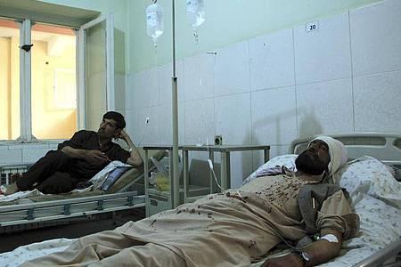 Verletzte Arbeiter der Minenräumorganisation Halo Trust werden in einem Krankenhaus in der nördlichen Provinz Baghlan behandelt. Foto: Mehrab Ibrahimi/AP/dpa