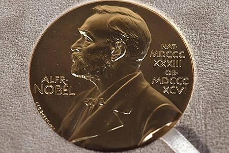 Archivfoto einer Nobelmedaille. An diesem Donnerstag wird der Literaturnobelpreis verleihen. Foto: Angela Weiss/Pool/dpa