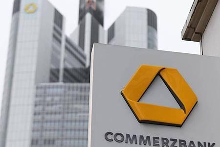 Bei der Commerzbank, dessen größter Anteilseigner seit der Finanzkrise der deutsche Staat ist, laufen seit Monaten Diskussionen über zusätzliche Einsparungen. Foto: Arne Dedert/dpa