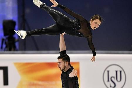 Kamen mit ihrem Kurzprogramm auf Platz 13: Annika Hocke und Robert Kunkel in Aktion. Foto: Martin Meissner/AP/dpa